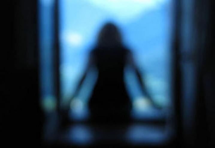 Напередодні в Мукачеві у мікрорайоні Росвигово із вікна сьомого поверху багатоповерхівки викинулася школярка.