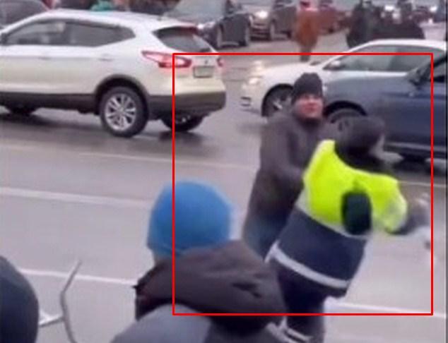 У Петербурзі чоловік з колони учасників несанкціонованої акції прихильників опозиціонера Олексія Навального напав на поліцейського.