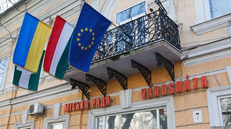 В Угорщині почалися проблеми в українців з угорськими паспортами.