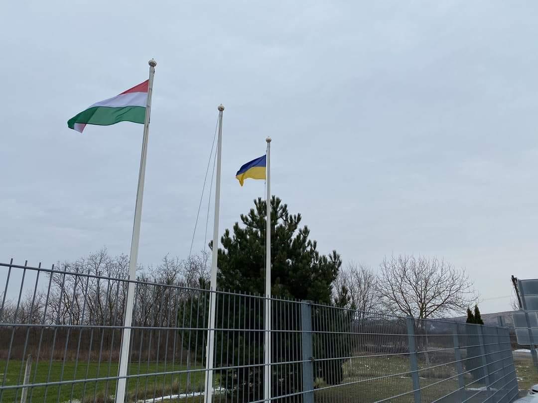 Нещодавно на угорському пункті пропуску українські прикордонники замінили старий пошкоджений прапор України на новий.