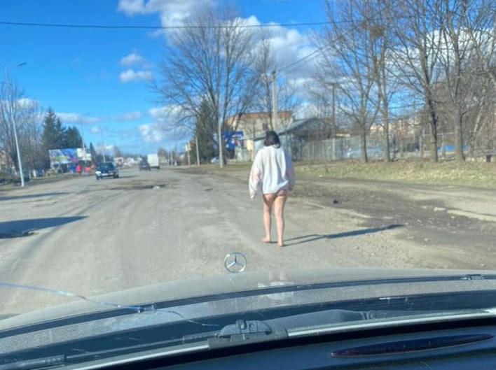 Жінку без частини одягу помітили на одній з вулиць міста.