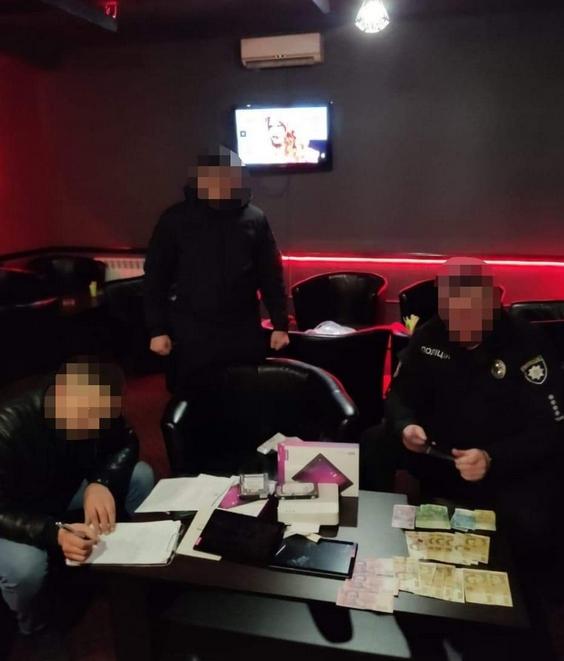 У рамках кримінального провадження правоохоронцями проведено обшук закладу у с. Ганичі, що на Тячівщині, у якому, за попередньою інформацією, функціонував незаконний гральний заклад.