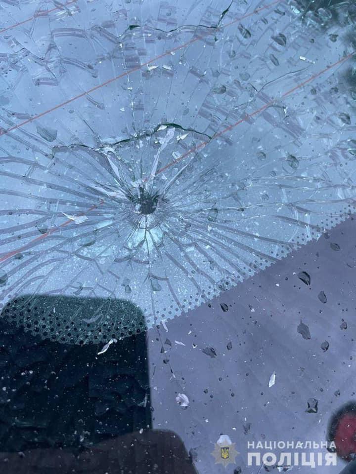Вчора, 27 серпня, увечері на лінію «102» надійшло повідомлення про факт пошкодження службового транспорту. Повідомив  поліцейський роти Управління патрульної поліції в Закарпатській області.
