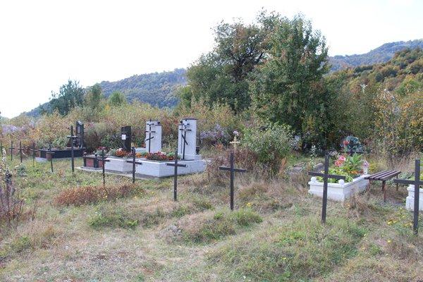 Могили розміщені на території так званого «старого» цвинтаря цього села на Тячівщині.