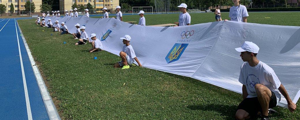 У Мукачеві розгорнули найбільший Олімпійський прапор довжиною 32 метри та встановили рекорд України.