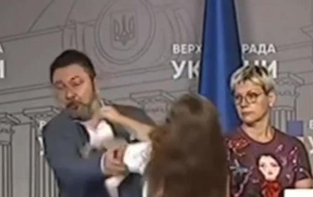 Ірму Крат під руки повела охорона парламенту. А Микита Потураєв продовжив відповідати на питання журналістів.
