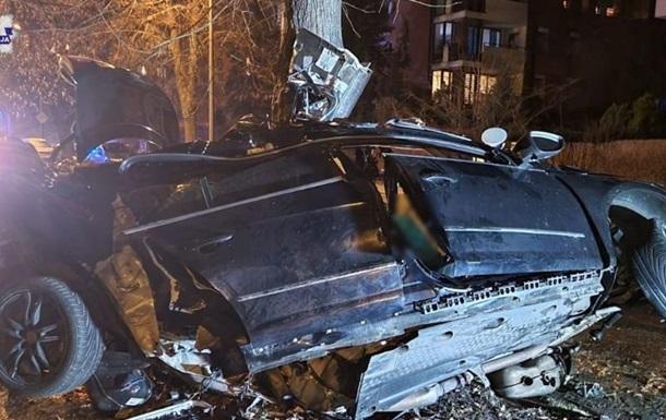 Автомобіль Volkswagen Passat з невідомих причин виїхав з дороги і врізався в дерево.