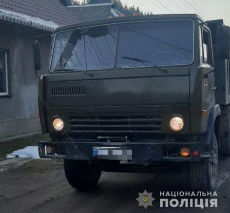 На Закарпатті поліцейські затримали вантажівку з деревиною без відповідних документів.
