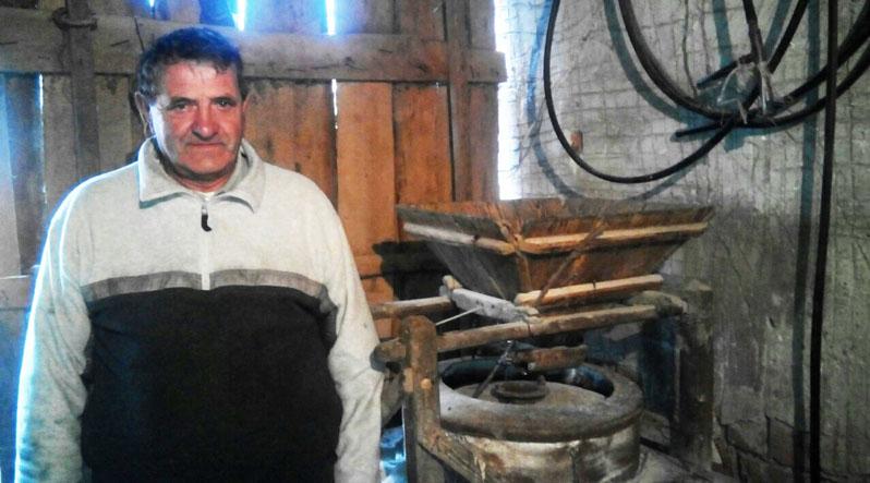 У закарпатця старовинний млин працює від електрики і меле борошно