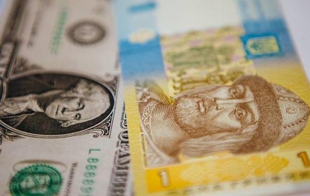 На міжбанку курс долара в продажу знизився на п'ять копійок - до 24,43 гривні за долар, курс у купівлі - до 24,40 гривні.