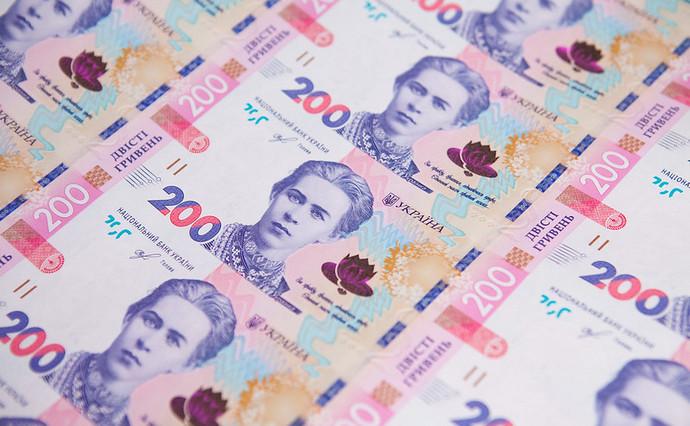 На міжбанку курс долара в продажу впав на 12 копійок - до 27,13 гривень за долар, курс в купівлі також просів на 12 копійок - до 27,10 гривень за долар.
