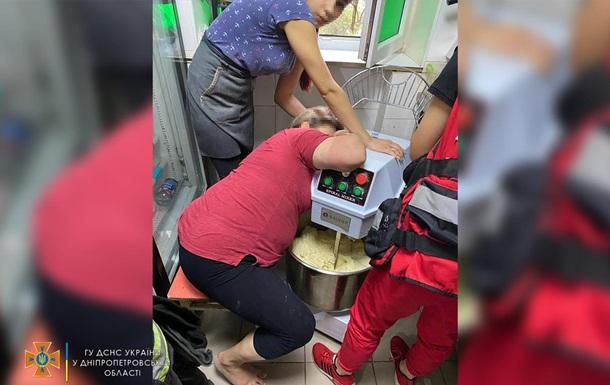 Рятувальники за допомогою електроножиць звільнили руку 43-річної жінки. Постраждалу госпіталізували.