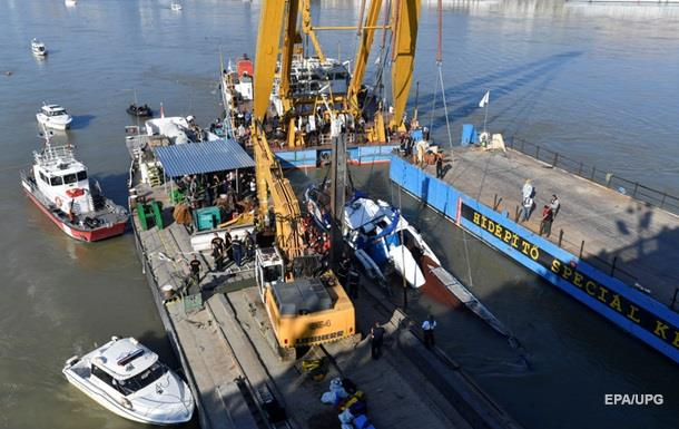 Частини затонулого туристичного катера вже видно над поверхнею річки. На судні виявили тіла чотирьох жертв.