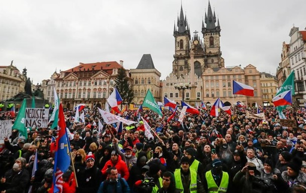 Кілька тисяч чехів вийшли на вулиці Праги для участі в демонстрації проти коронавірусних обмежень. Багато учасників масової акції не дотримувалися мінімальної дистанції й нехтували масковим режимом.
