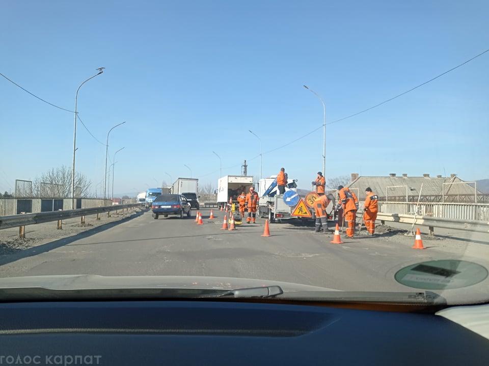 На берегівському мості у Мукачеві ремонтні роботи.