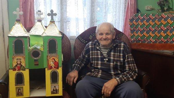 Творческое и необычное увлечение имеет один из старейших жителей Дубовой – 89-летний Иван Сойма.