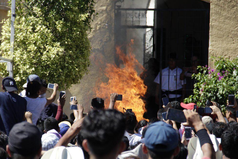 В Мексиці спалили двох чоловіків через чутки в WhatsApp