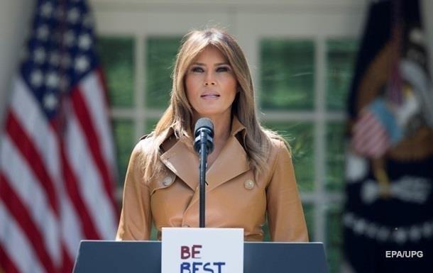 Дружина американського президента Дональда Трампа не впоралася з великими ножицями на офіційному заході.