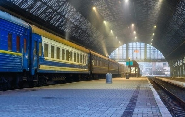 Укрзалізниця тимчасово зупинила курсування приміських і регіональних поїздів в Івано-Франківській, Чернівецькій, Житомирській та Закарпатській областях, які потрапили в червону карантинну зону.