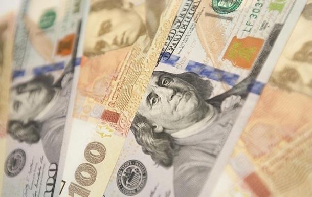 Курс долара на міжбанку в продажу знизився на 20 копійок - до 24,81 гривені за долар, курс у купівлі також впав на 20 копійок - до 24,78 гривні за долар.