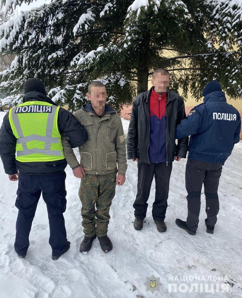 На майновому злочині поліцейські викрили двох місцевих жителів. Зловмисники викрали майже всю техніку з будинку потерпілих.