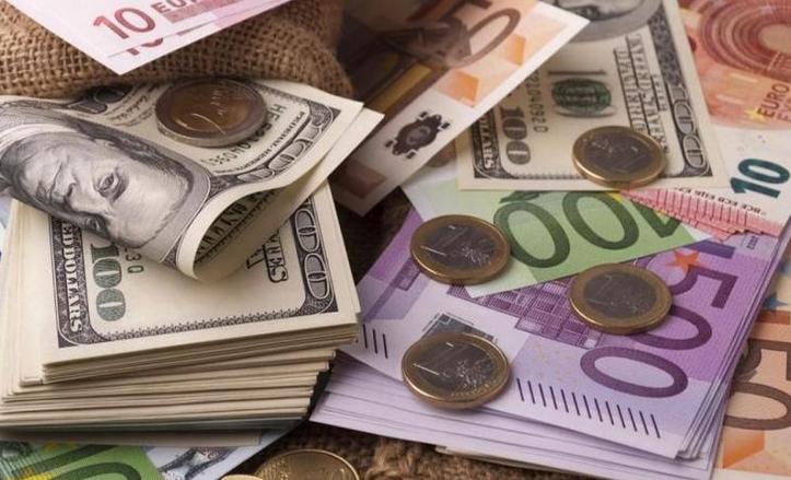 До закриття міжбанку американський долар у купівлі подешевшав на 25 копійок, у продажу — на 26 копійок.