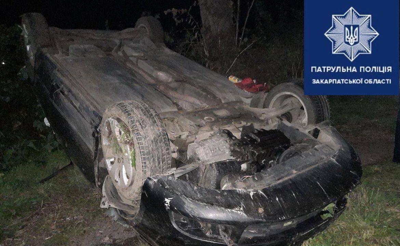 Патрульним надійшло повідомлення про ДТП з потерпілими. Пригода відбулась на трасі М–06, поблизу села Руське.