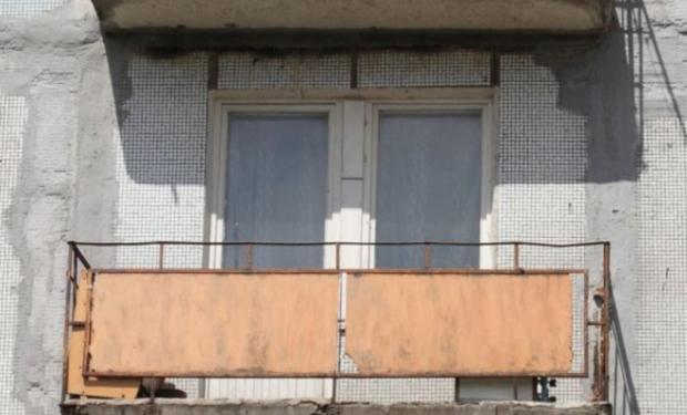 На Закарпатті на очах у матері, з балкону 5-поверхівки випав молодий чоловік