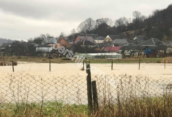 В Іршавському районі вода підтоплює вулиці та угіддя місцевих жителів.