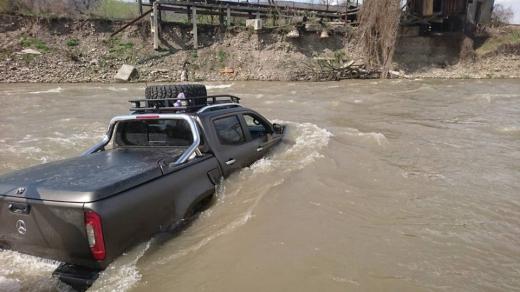 Житель Закарпаття втопив автомобіль під час миття в річці