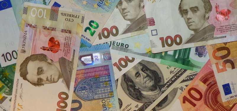 Офіційний курс долара і євро продовжує своє зниження. Вітчизняна валюта зміцнюється. Долар подешевшав на 2 копійки, євро - на 11 копійок.