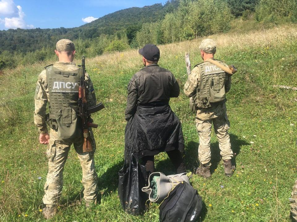 Сьогодні в обід прикордонники Чопського загону затримали громадянина Російської Федерації, який намагався незаконним шляхом потрапити через Словаччину до країн ЄС.
