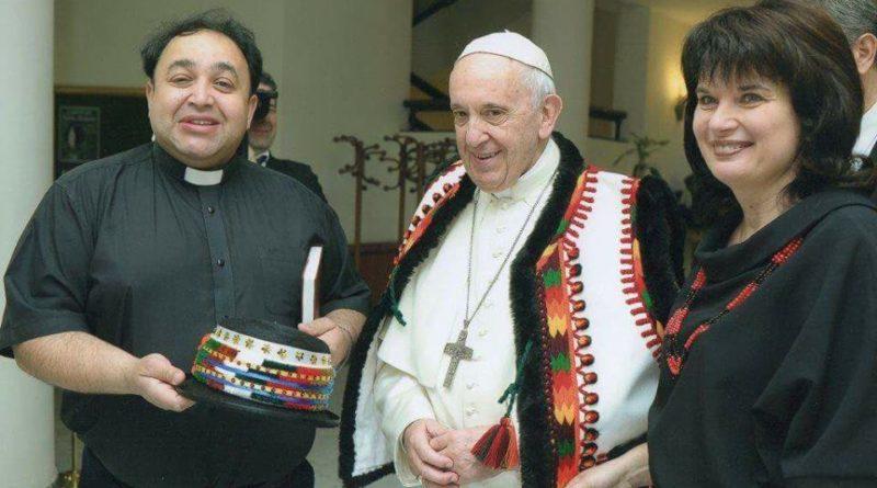 Папа Римський одягнув традиційне вбрання карпатських гуцулів (ФОТО)