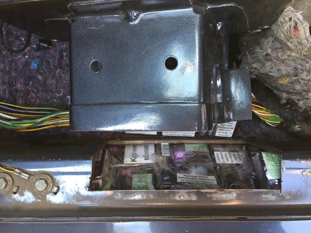 Службовий собака допоміг працівникам Закарпатської митниці ДФС виявити в автомобілі угорця приховані тютюнові вироби.