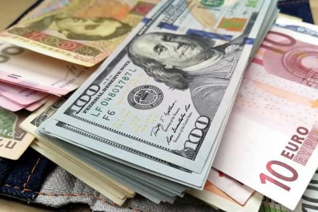 На міжбанку курс долара в продажу знизився на 5 копійок - до 26,96 грн/дол., курс у купівлі впав на 7 копійок - до 26,93 грн/дол.