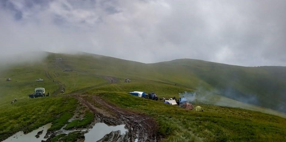 Минулого тижня мешканці гірських сіл почали масово сходити на гору Апецьку для збору чорниці. Одні виїжджала власним транспортом, інші – найманими вантажними автомобілями.