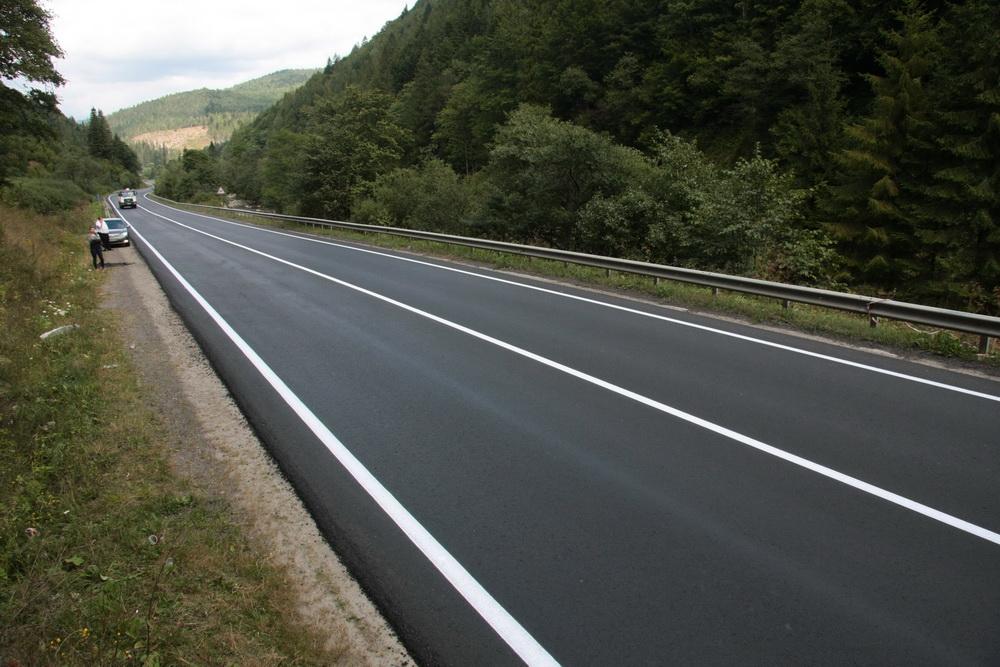 Водій показав шокуючу різницю між дорогами Закарпаття та Львівщини (ВІДЕО)