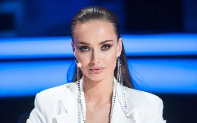 Акторка Ксенія Мішина показала груди в піджаку на голе тіло.