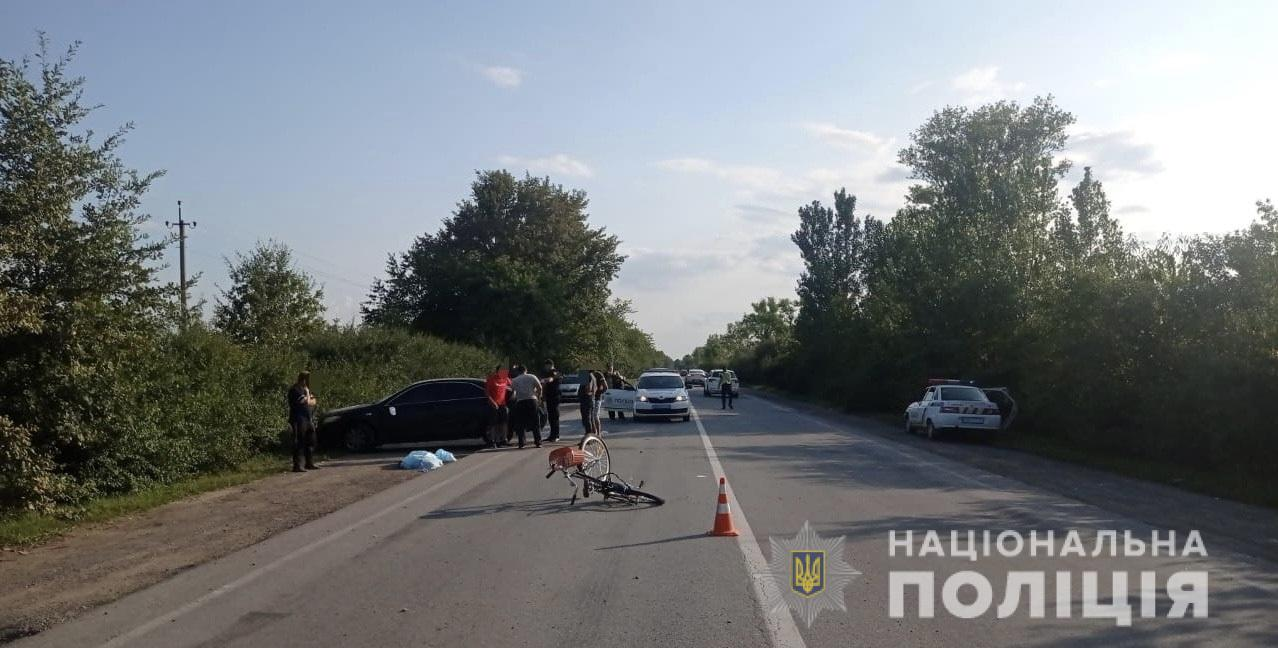 Дорожньо-транспортна пригода трапилася на дорозі Мукачево-Берегово, на повороті до села Дерцен. Там легковий автомобіль зіштовхнувся з рейсовим автобусом після чого налетів на жінку з велосипедом.