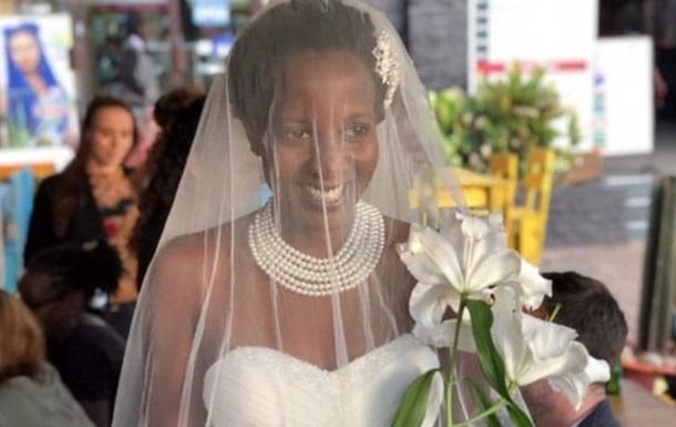 Через докори рідні дівчина уклала шлюб сама з собою
