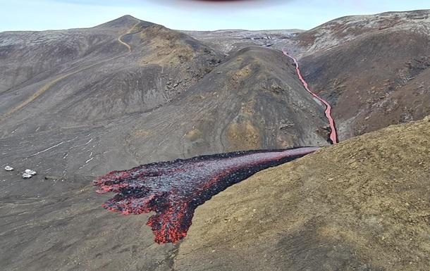 Довжина тріщин становить близько 100-200 метрів, місцева влада закрила доступ до території вулкана і евакуювала туристів.
