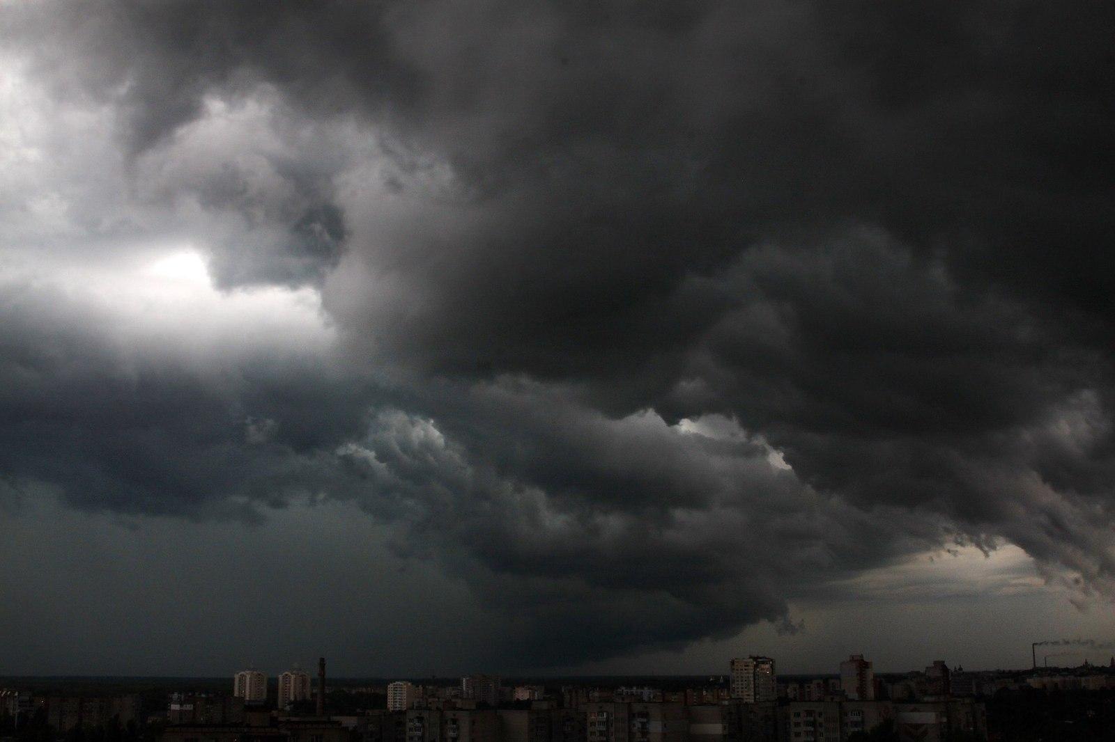 Ввечері та вночі на Закарпатті очікують шквальний вітер зі зливами та градом