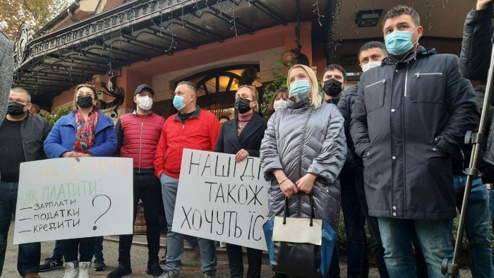В Ужгороде предприниматели собрались на акцию протеста против закрытия продовольственных учреждений из-за того, что Ужгород попал в красную зону.