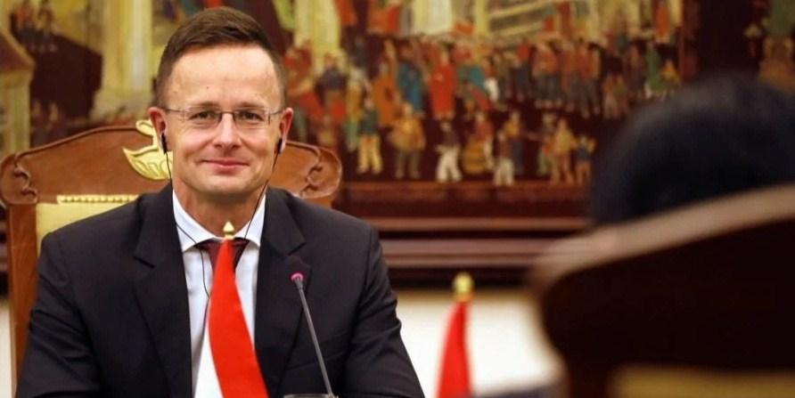 Міністр закордонних справ Угорщини Петер Сійярто назвав «жалюгідним і безглуздим» рішення України заборонити в'їзд двом угорським чиновникам через втручання в місцеві вибори.