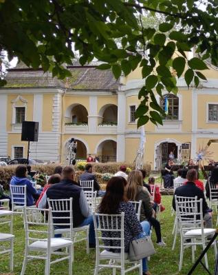 В Ужгороді та у Виноградові у неділю, 11 жовтня, були проведені заходи з виступами та танцями.