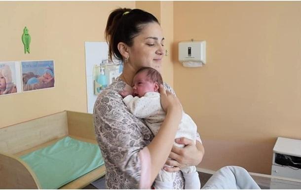 24 травня на терміні 25 тижнів народилася перша дитина, а друге немовля з'явилося на світ 9 серпня шляхом кесаревого розтину.