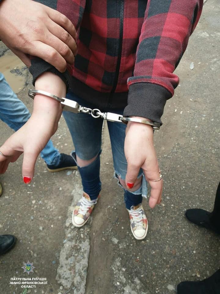 В первом случае именно 47-летняя женщина разыскиваемая компетентными органами Румынии за преступления в экономической сфере.