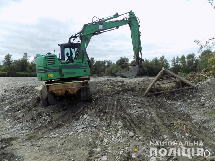Факт незаконного видобутку правоохоронці зафіксували у селі Стеблівка. Там працювали двоє чоловіків. Гравій видобували за допомогою вантажної техніки.