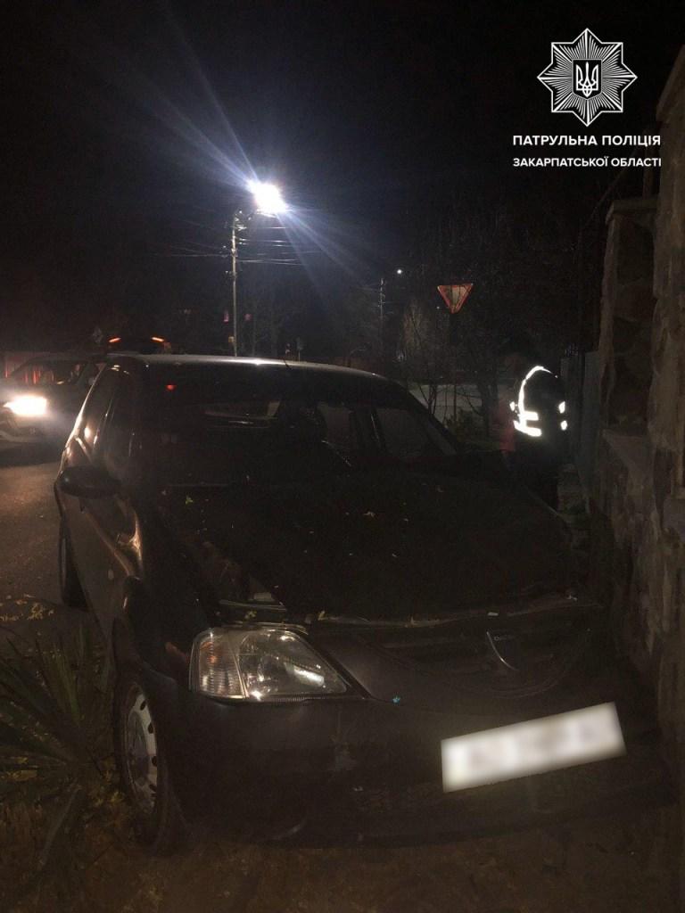 Повідомлення про ДТП за участі автомобіля Dacia , водій якого намагається покинути місце події, надійшло патрульним 1 квітня близько 23-ї години.