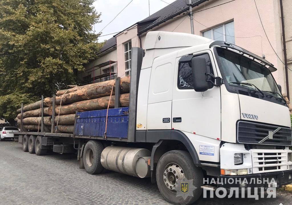 Сегодня, 28 сентября, сотрудники группы реагирования патрульной полиции Хустского района обнаружили два грузовика с незаконной древесиной.